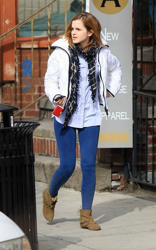 მსოფლიო მოდის (სტილის) აიქონები !!!  Emma-watson-blue-skinny-jeans-beige-fringed-flat-ankle-boots-street-style-casual-stylechi