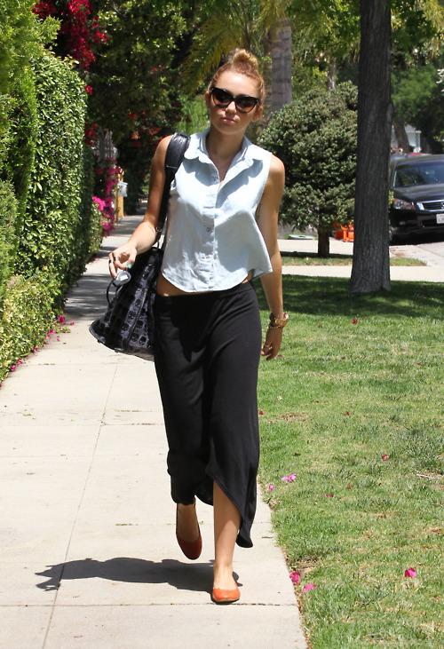 Miley Cyrus Sleeveless Shirt Black Maxi StyleChi