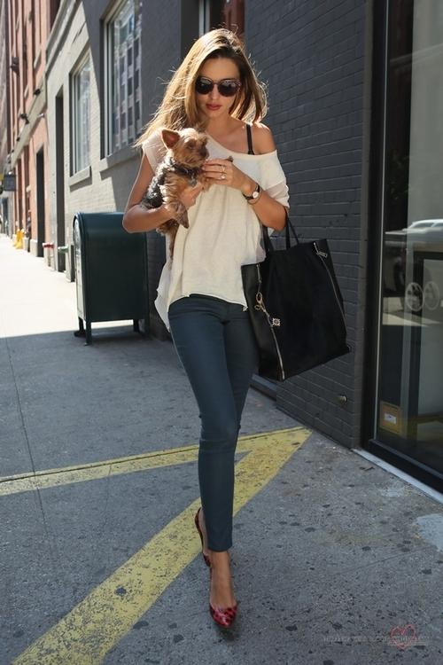 Miranda Kerr Slouch White T-Shirt Blue Jeans Red Heels Dog StyleChi
