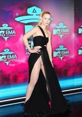Iggy Azalea EMA 2013 Amsterdam Black Dress Split Wardrobe Malfunction StyleChi