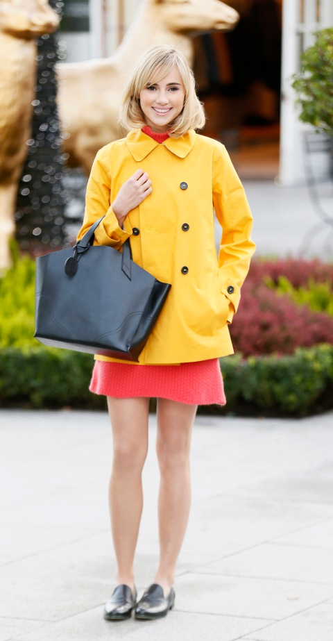 suki-waterhouse-stylechi-kildare-village-yellow-double-breasted-trench-coat-coral-jumper-dress-black-tote-flats