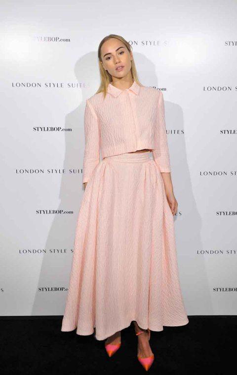 suki-waterhouse-stylechi-shirt-collar-cropped-jacket-high-waist-maxi-skirt-light-pink-middle-parting
