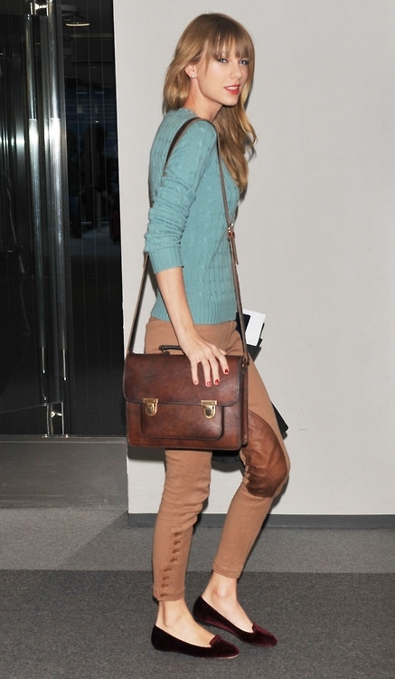 Taylor Swift StyleChi Green Sweater Brown Satchel Camel Skinny Jeans Burgundy Velvet Slippers