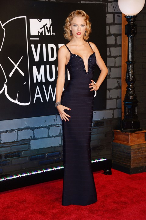 taylor-swift-stylechi-mtv-vmas-2013-navy-bandage-sparkly-long-dress-deep-v-neck-plunge-harry-styles