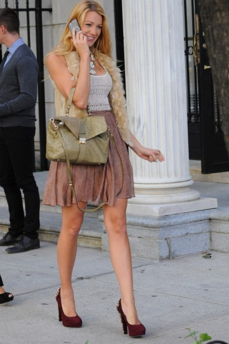 Blake Lively StyleChi Burgundy Suede Heels Old Rose High Waist Skirt White Tank Top Cream Gilet Green Ostrich Leather Bag