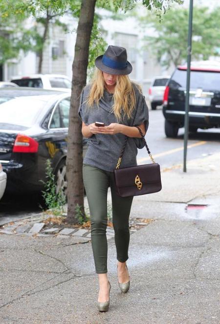 blake-lively-stylechi-grey-blue-hat-purple-chain-bag-khaki-skinny-jeans-grey-short-sleeve-loose-polo-neck-sweater