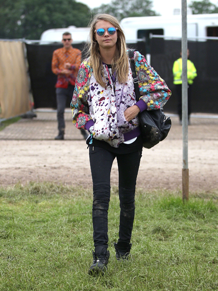 cara-delevingne-style chi-festical-style-patterned-bomber-jacket-black-skinny-jeans-boots-iridescent-sunglasses Glastonbury