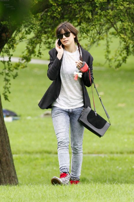 Daisy Lowe StyleChi Black Sunglasses Blazer White T-Shirt Acid Wash Denim Skinny Jeans Red Laces Boots Black Suede Satchel Walking Dog