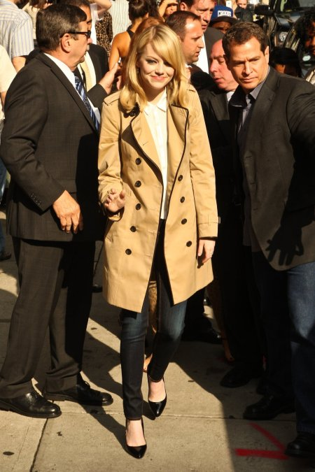 Emma Stone StyleChi Blonde Beige Trench Coat Black Trim Patent pointed Heels Dark Denim Skinny Jeans White Shirt
