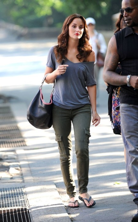Leighton Meester StyleChi Green Khaki Cargo Skinny Jeans Blue V-Neck Pocket Casual T-Shirt Flip Flops Red Lip