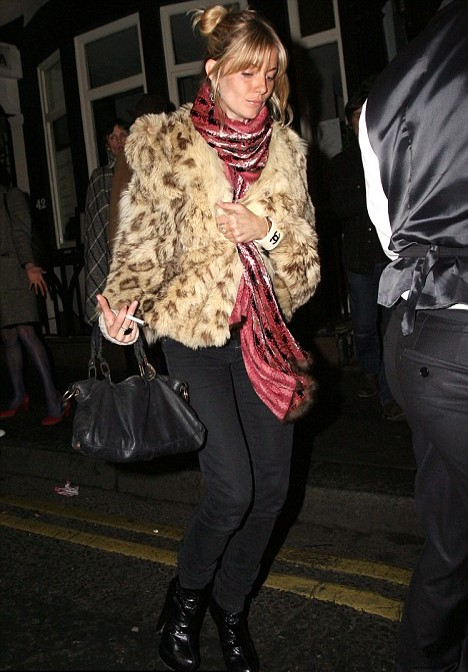 Sienna Miller StyleChi Casual Red Pink Scarf Leopard Fur Coat Black Skinny Jeans Bag Boots