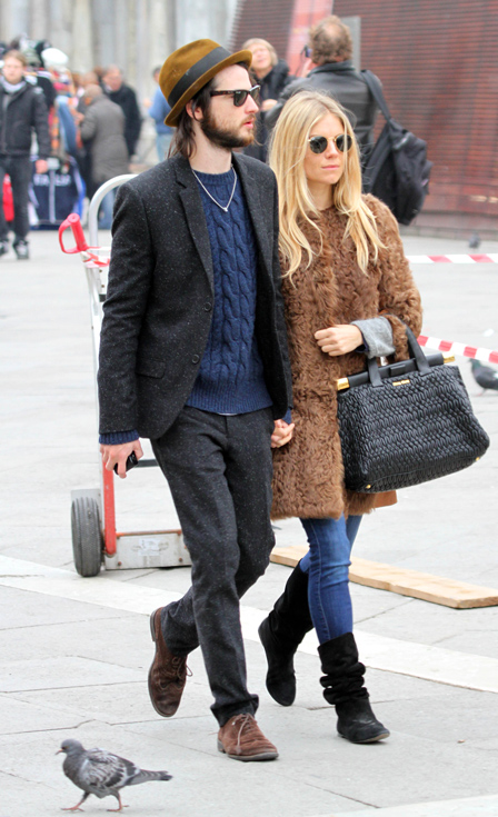 Sienna Miller StyleChi Casual Tom Sturridge Long Collarless Brown Fur Coat Black Textured Bag Suede Boots Denim Skinny Jeans Round Retro Sunglasses