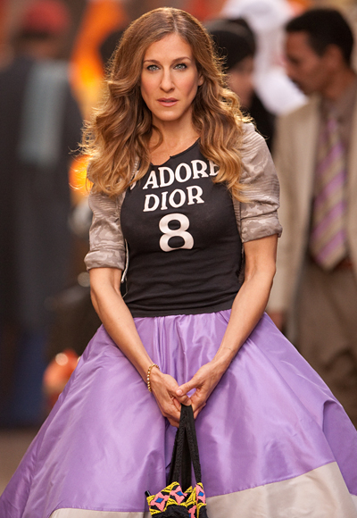 Carrie-Bradshaw-Sex-And-The-City-Sarah-Jessica-Parker-Best-Looks-StyleChi-Black-J'adore-Dior-T-Shirt-Lilac-Skirt