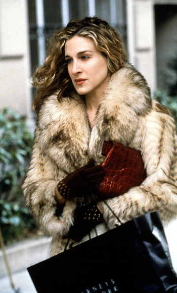 Carrie-Bradshaw-Sex-And-The-City-Sarah-Jessica-Parker-Best-Looks-StyleChi-Cream-Beige-Fur-Coat-Studded-Gloves-Brown-Croc-Bag-Clutch