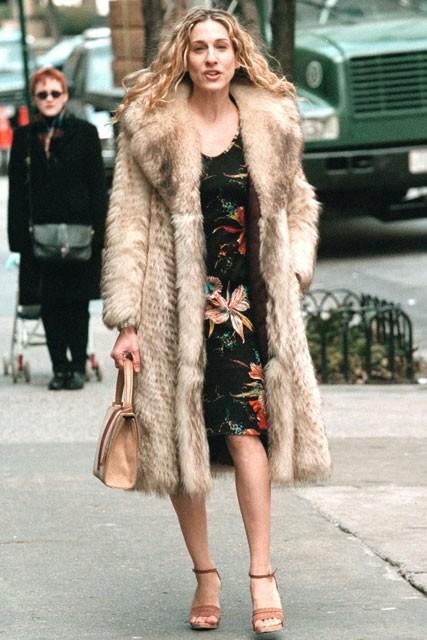 Carrie-Bradshaw-Sex-And-The-City-Sarah-Jessica-Parker-Best-Looks-StyleChi-Cream-Beige-Long-Fur-Coat-Midi-Black-Floral-Dress-Brown-Heels-Beige-Handbag