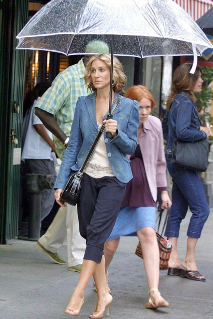 Carrie-Bradshaw-Sex-And-The-City-Sarah-Jessica-Parker-Best-Looks-StyleChi-Denim-Blazer-Cropped-Hareem-Style-Trousers-Nude-Peep-Toes-See-Through-Umbrella