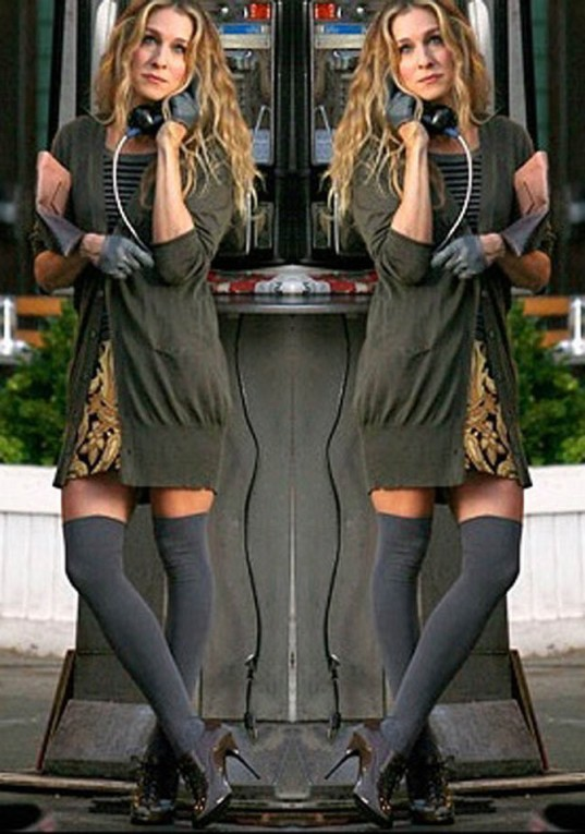Carrie-Bradshaw-Sex-And-The-City-Sarah-Jessica-Parker-Best-Looks-StyleChi-Grey-Over-The-Knee-Socks-Heeled-Richelieu-Khaki-Long-Cardigan-Gloves