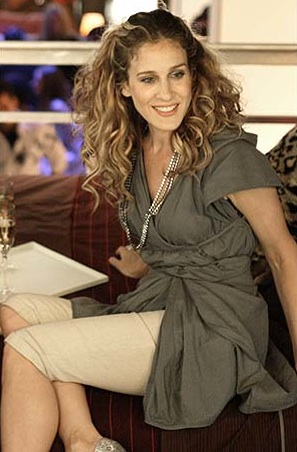 Carrie-Bradshaw-Sex-And-The-City-Sarah-Jessica-Parker-Best-Looks-StyleChi-Grey-Tunic-Top-Cream-Bermuda-Trousers