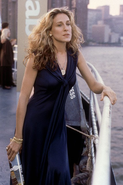Carrie-Bradshaw-Sex-And-The-City-Sarah-Jessica-Parker-Best-Looks-StyleChi-Navy-Nautical-Dress-Front-Knot-Gold-Bracelet