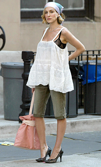 Carrie-Bradshaw-Sex-And-The-City-Sarah-Jessica-Parker-Best-Looks-StyleChi-Oversize-White-Tank-Bermuda-Khaki-Cropped-Jeans-Head-Scarf-Visible-Black-BraSalmon-Pink-Tote