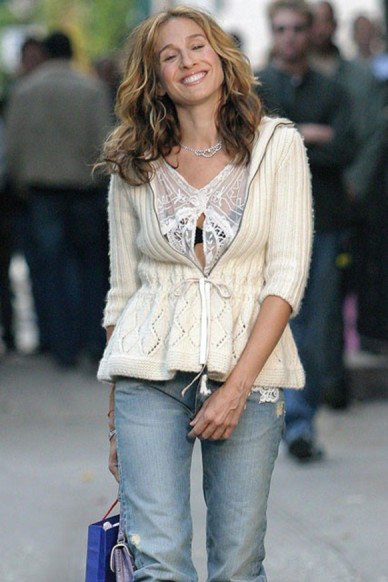 Carrie-Bradshaw-Sex-And-The-City-Sarah-Jessica-Parker-Best-Looks-StyleChi-White-Cardigan-Jeans-Lace-Top-Visible-Bra