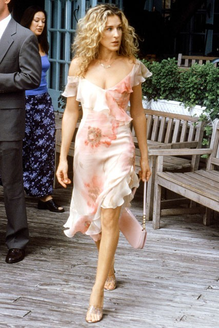 Carrie-Bradshaw-Sex-And-The-City-Sarah-Jessica-Parker-Best-Looks-StyleChi-White-Coral-Floral-Frilly-Romantic-Dress