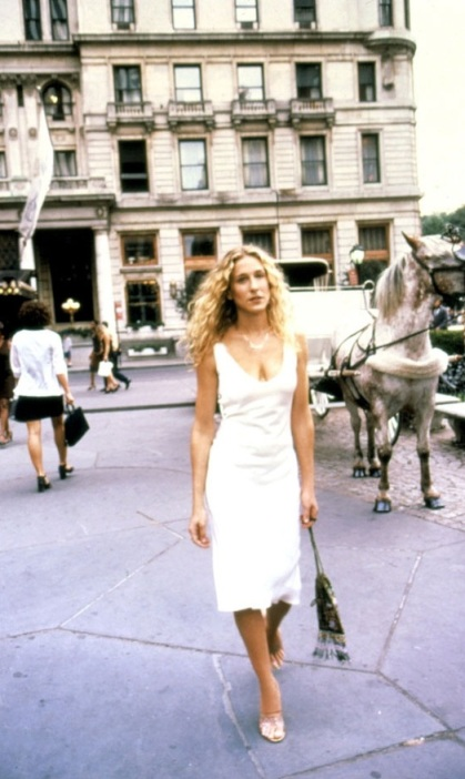 Carrie-Bradshaw-Sex-And-The-City-Sarah-Jessica-Parker-Best-Looks-StyleChi-White-V-Neck-Sleeveless-Dress