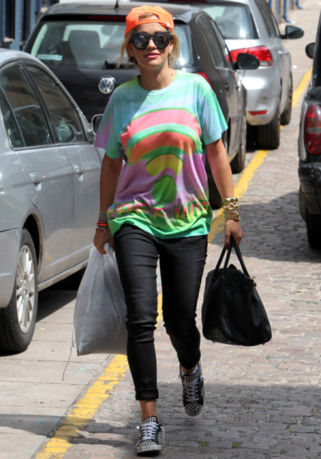 Rita Ora StyleChi 90s Casual Street Summer Style Orange Reverse Cap Oversize Multicoloured T-Shirt Black Skinny Jeans Studded Trainers ROund Sunglasses