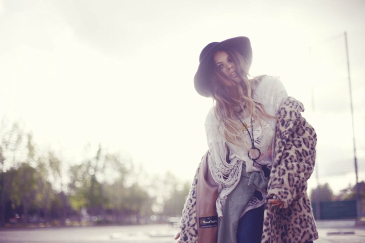 Atlanta-De-Cadenet-Taylor-Best-Looks-StyleChi-Black-Hat-Fur-Leopard-Coat-Dreamcatcher-Necklace-Boho-Style