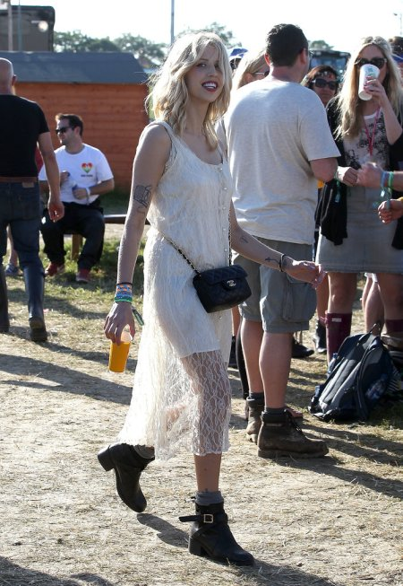 Peaches-Geldof-StyleChi-Best-Looks-Festival-Fashion-Glastonbury-2013-White-Buttoned-Dress-Lace-Overlay-Black-Ankle-Boots-Chanel-Quilted-Bag