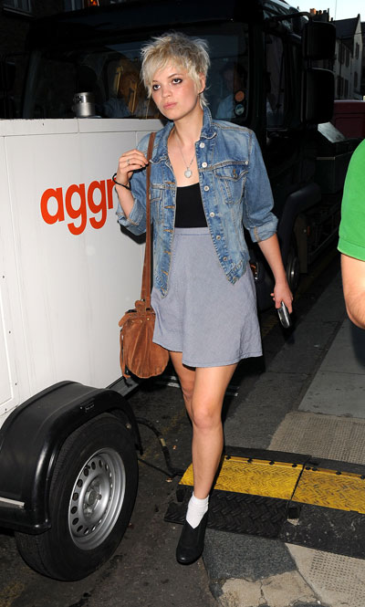 Pixie-Geldof-Best-Looks-StyleChi-Grey-High-Waist-Skirt-Black-Top-Denim-Jacket-Brown-Bag-White-Socks-Blonde