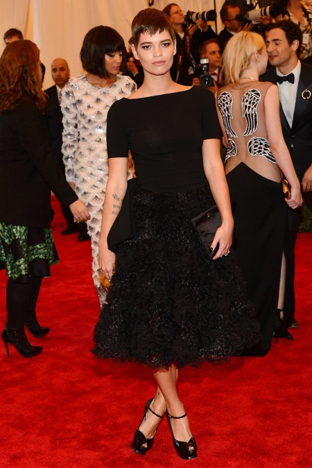 Pixie-Geldof-Best-Looks-StyleChi-Red-Carpet-Black-Mid-Sleeve-Dress-Textured-Skirt-Peep-Toe-Heels-Brunette-Pixie-Crop