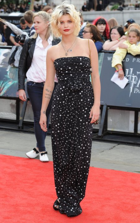 Pixie-Geldof-Best-Looks-StyleChi-Red-Carpet-Strapless-Long-Black-Dress-Star-Pattern-Multi-Chain-Necklace-Leopard-Chain-Bag-Blonde-Bob
