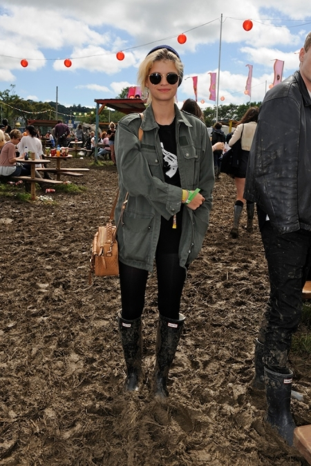 Pixie-Geldof-Best-Looks-StyleChi-Round-Sunglasses-Wellies-Khaki-Army-Jacket-Brown-Satchel-Bag-Beanie-Blonde