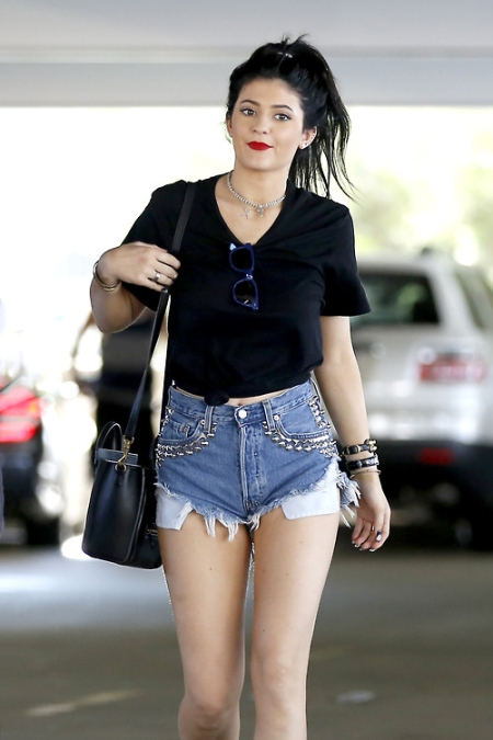Kylie-Jenner-Best-Outfits-StyleChi-Red-Lips-Studded-Cut-Off-Shorts-Blue-Wayfarers- Black-Tied-T-Shirt