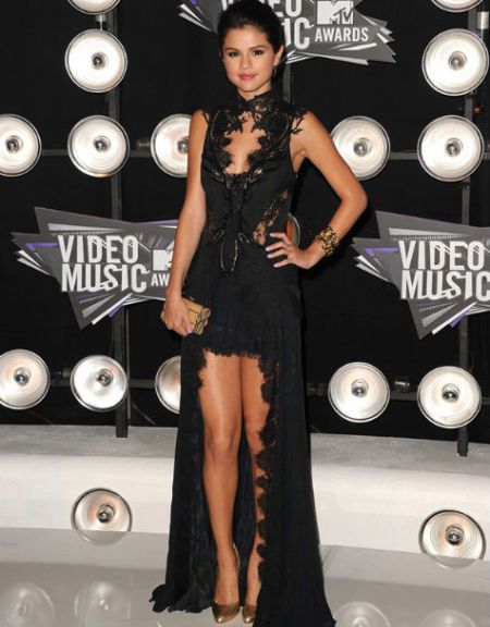Selena-Gomez-Style-Red-Carpet-MTV-Music-Awards-StyleChi-Black-Lace-Scallop-Edge-Cut-Out-Hi-Lo-Gown