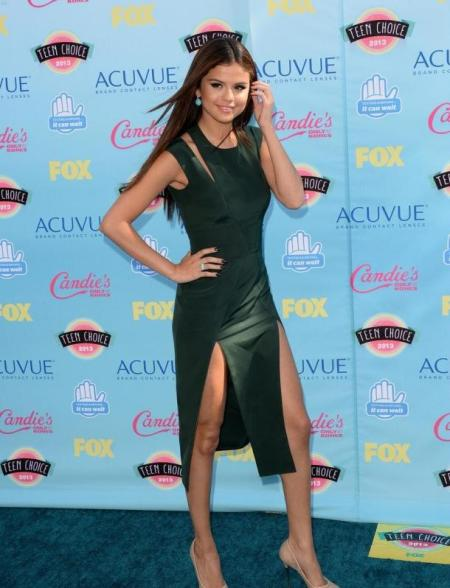 Selena-Gomez-Style-Red-Carpet-StyleChi-Teen-Choice-Awards-2013-Green-Split-Cut-Out-Midi-Capped-Sleeve-dress-Nude-Heels-Turquoise-Earrings