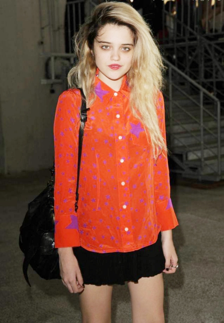 Sky-Ferreira-StyleChi-Style-Best-Outfits-Blonde-Red-Purple-Star-Shirt-Black-Skirt