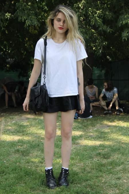 Sky-Ferreira-StyleChi-Style-Best-Outfits-Blonde-White-T-Shirt-Black-Skirt-Boots