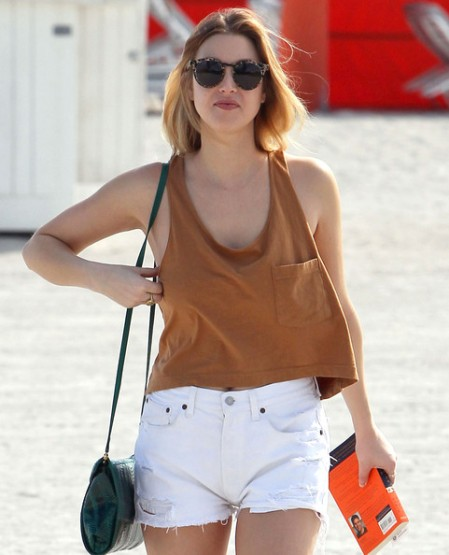 Whitney-Port-Style-Best-Outfits-StyleChi-Brown-Pocket-Crop-Top-White-Ripped-Shorts-Round-Sunglasses-Green-Snake-Cross-Body-Bag
