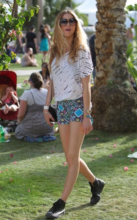 Whitney-Port-Style-Best-Outfits-StyleChi-Coachella-Black-Converse-Aztec-Graphic-Patterned-Shorts-White-Stripe-Detail-T-Shirt-Round-Oversize-Sunglasses