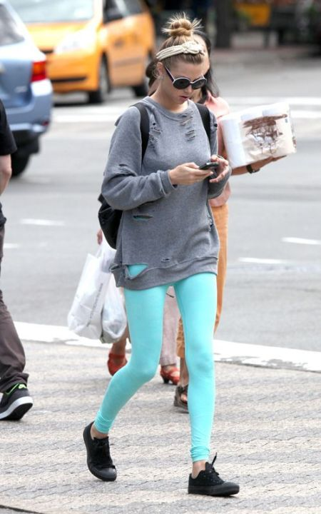 Whitney-Port-Style-Best-Outfits-StyleChi-Grey-Ripped-Oversize-Boyfriend-Jumper-Turquoise-Blue-Leggings-Black-Converse-Round-Sunglasses-Headband