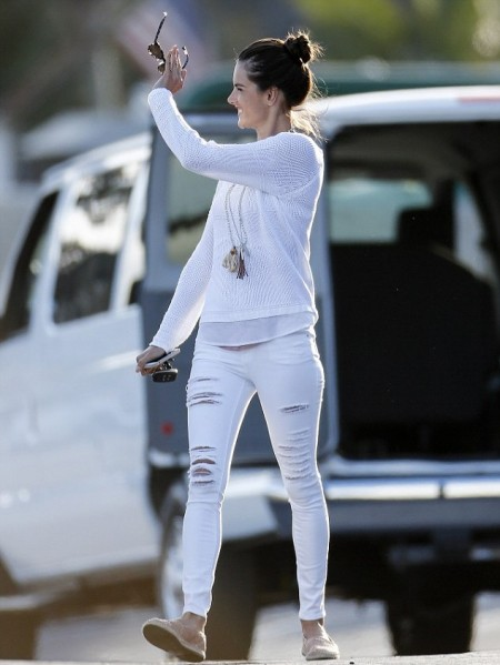 Alessandra-Ambrosio-Best-Outfits-Style-StyleChi-White-Knitted-Top-Ripped-White-Skinny-Jeans
