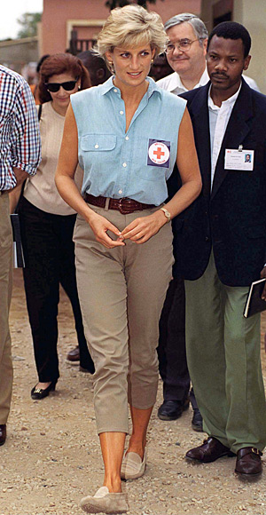 Princess-Diana-StyleChi-Style-Best-Looks-1997-Chambray-Sleeveless-Shirt-High-Waist-Taupe-Cropped-Trousers-Beige-Loafers