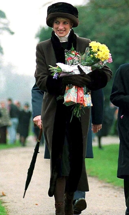 Princess-Diana-StyleChi-Style-Best-Looks-Dark-Green-Coat-Black-Fur-Trim-Matching-Fur-Hat-Chapka