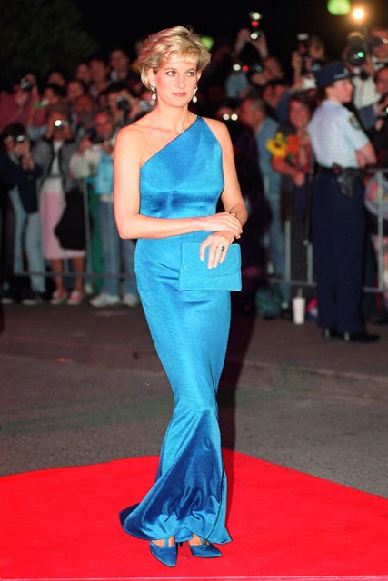 Princess-Diana-StyleChi-Style-Best-Outfits-Asymmetrical-Blue-Gown-Clutch-Red-Carpet-Look